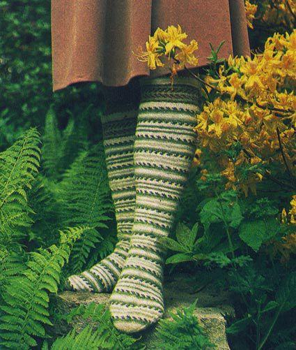Гольфы из деревенской шерсти, выполненные чулочной вязкой в полоску из 5 оттенков зеленой пряжи.