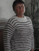Белый пуловер с полосами
